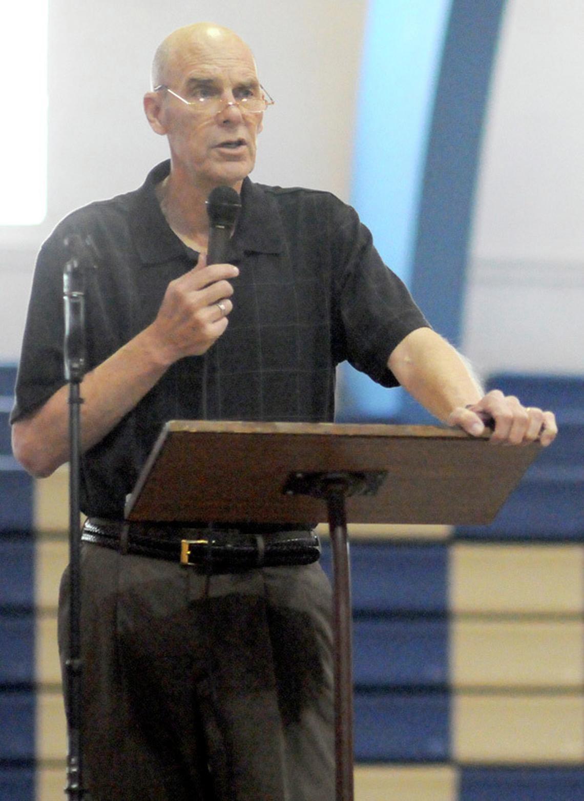 Legendary basketball coach Don Meyer captivates during speech inLemmon